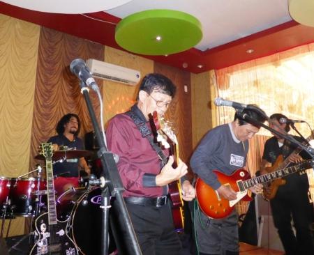 Jimmy Phú ca/rhythm guitar,